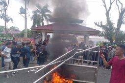 Gabungan mahasiswa rusak pagar DPRD Labuhanbatu