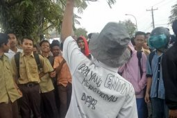 Pelajar berseragam Pramuka unjuk rasa di DPRD Labuhanbatu