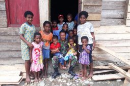 Babinsa dorong anak suku adat Manokwari rajin sekolah