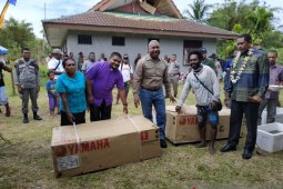 Kelompok nelayan di Tambrauw terima bantuan 14 paket perahu mesin