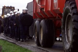 Transportasi darat di Belanda lumpuh oleh traktor - traktor demo petani