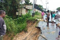 Jalan menuju Malanu Kampung kota Sorong longsor