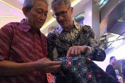 Integrating modern motifs in traditional batik