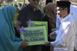 Pemkab Gorontalo salurkan berbagai bantuan di Limboto Barat