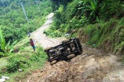 Satu unit mobil pikap terbalik di tanjakan gunung di Aceh Barat