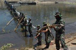 Prajurit TNI bersihkan sampah sungai