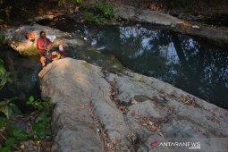 Warga Jombang mandi dan cuci di sungai kotor