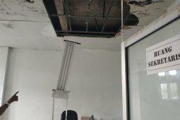 Atap gedung pemerintah Kayong Utara bocor, plafon jebol karena hujan deras