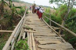 Warga Campakawarna Pandeglang sesalkan kerusakan jembatan, berharap segera diperbaiki