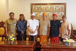 "Wagub Cok Ace ikut menari dalam ""Utsawa Bali Sani"" Unhi Denpasar"