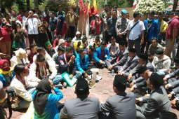 Mahasiswa demo saat pelantikan anggota DPRD Banjarbaru