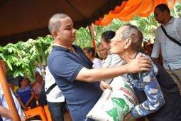 Bupati Tapteng serahkan bantuan beras dan semprot hama