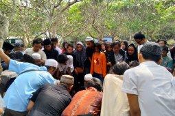 Isak tangis ibu dan kakak iringi prosesi pemakaman korban demo pelajar