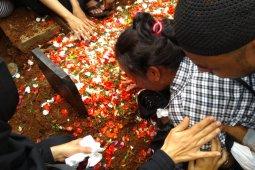 Ibunda Akbar Alamsyah histeris usai makamkan anaknya