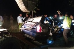 Mobil tertimpa pohon tumbang, tiga penumpang meninggal
