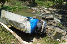 Truk terguling ke sungai, dua orang tewas
