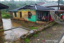 Enam rumah di Mandailing rusak akibt puting beliung