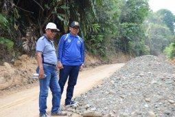 Anggota Dewan  Tabalong tinjau perbaikan jalan Desa Salikung