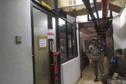 Segel KPK melilit di pintu masuk Wali Kota Medan