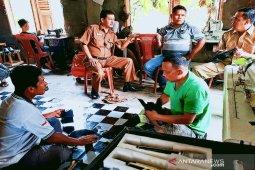 Diskominfo Madina tinjau pelatihan pembuatan sepatu di Desa Simalagi