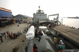 KRI Teluk Ende brings two cadets from S Kalimantan