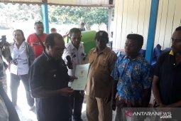 Bupati Wondama serahkan 400 sertifikat tanah