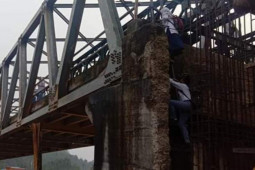 Demi ke sekolah, pelajar di Madina terpaksa panjat jembatan mangkrak