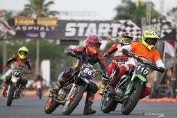 Tiga pebalap bersaing ketat pada Supermoto Trial Game Asphalt di Malang