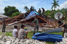 TNI-Polri bantu bongkar rumah warga yang roboh akibat gempa di pulau Ambon