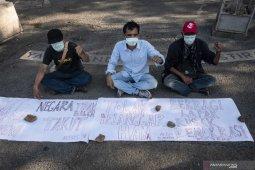 Aktivis 98 lakukan aksi tutup mulut tolak Prabowo jadi  menteri
