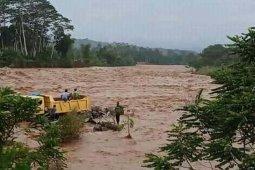 Sungai di Aceh Utara meluap, satu mobil dan 2 orang terbawa arus