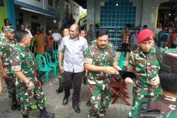 Presiden Jokowi nikmati senja Kaimana Minggu sore