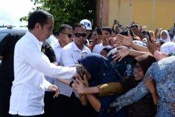 Pengungsi desa Tulehu rebutan salaman dengan Presiden Jokowi