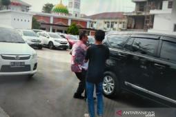 Usai diperiksa KPK, Kadis Perdagangan Medan  langsung kabur hindari kejaran wartawan