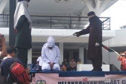 Tiga pelaku mesum dihukum cambuk