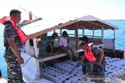 Tak Bisa Merapat di Pelabuhan Gili Raja, Satgas Lantamal V pakai jeriken salurkan air bersih