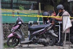 Penjinak bom Brimob periksa sepeda motor milik pelaku bom Medan