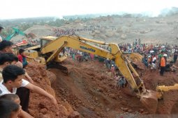 Sejumlah pekerja tambang tertimbun material tanah  di Kuranji Padang