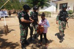 Satgas Pamtas Yonif R 142/KJ-polisi periksa pelintas perbatasan