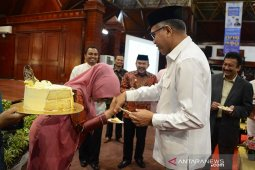 Plt Gubernur terima hadiah ultah dari istri