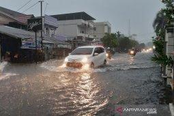 Hujan, sejumlah lokasi di Kota Pontianak banjir