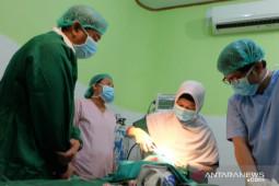 Bupati Bone Bolango dampingi peserta operasi bibir sumbing gratis