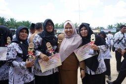Bupati Muarojambi bercengkerama dengan tenaga pendidik pada Hari Guru