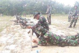 Anggota Kodim Singkawang latihan menembak gunakan senjata ringan