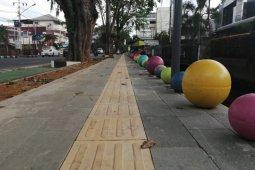 """Pontianak percantik trotoar HOS Cokroaminoto dengan """"bola beton"""" warna-warni"""