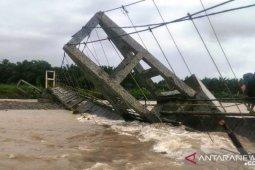 Akibat hujan deras, satu unit jembatan di Padang Lawas rubuh