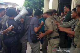 SMUR demo kantor DPRK Lhokseumwe terkait dugaan penyelewengan dana retribusi