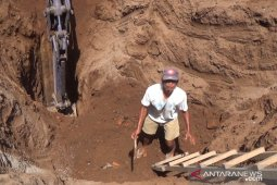 Kerangka manusia diduga korban tragedi 1965 diangkat dari sumur tua Jembrana