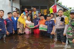Bupati Atbah serahkan bantuan korban banjir Paloh