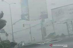 Angin kencang melanda Bangkalan, sejumlah bangunan dan tiang listrik roboh